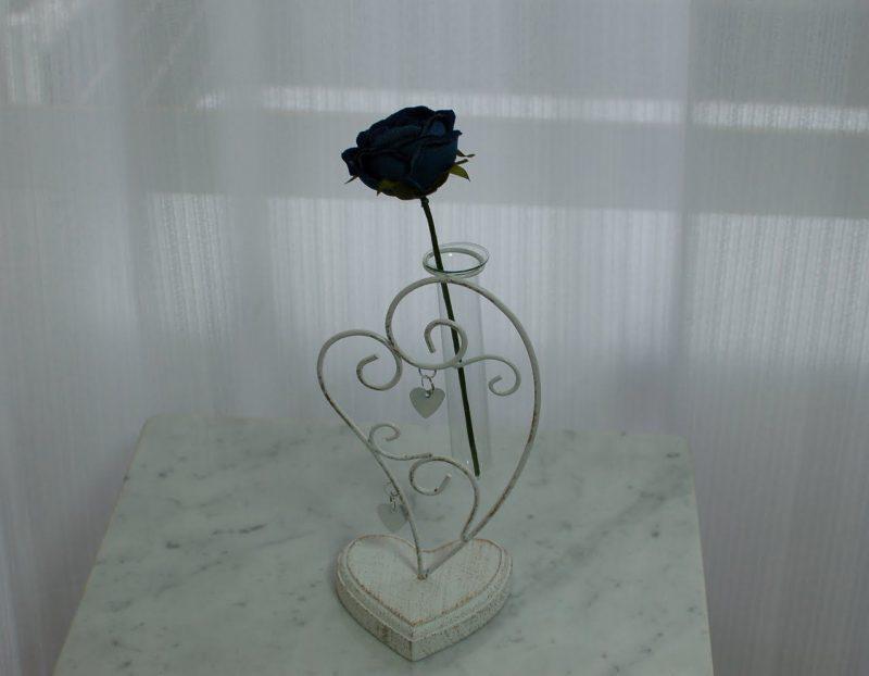 青いバラ一輪